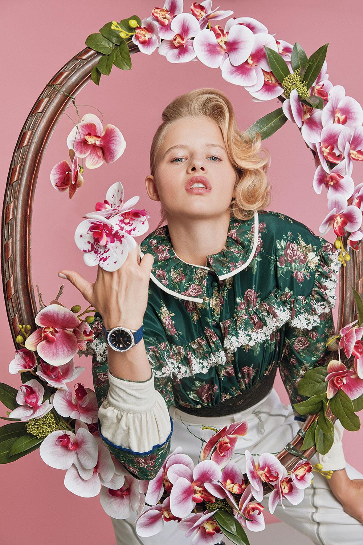 Блуза ибрюки Louis Vuitton; часы TAG Heuer Carrera Lady