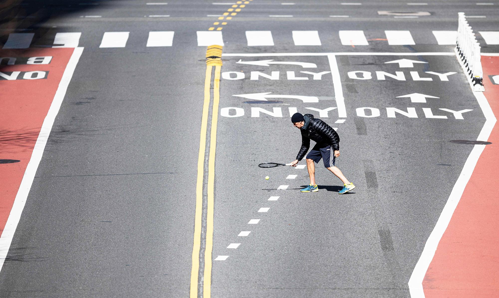 Мужчина играет втеннис на42-й улице вНью-Йорке. Вапреле США обогнали Италию, став страной ссамым большим числом погибших врезультате пандемии коронавируса (согласно данным Университета Джона Хопкинса). Снимок сделан 11 апреля 2020 года