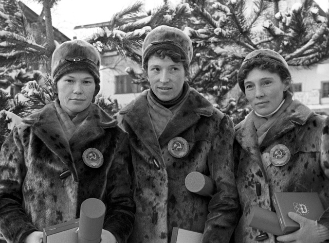 Советские лыжницы Евдокия Мекшило, Клавдия Боярских иАлевтина Колчина, взявшие золото вэстафете 3х5 километров назимних Олимпийских играх вИнсбруке, 1964 год.