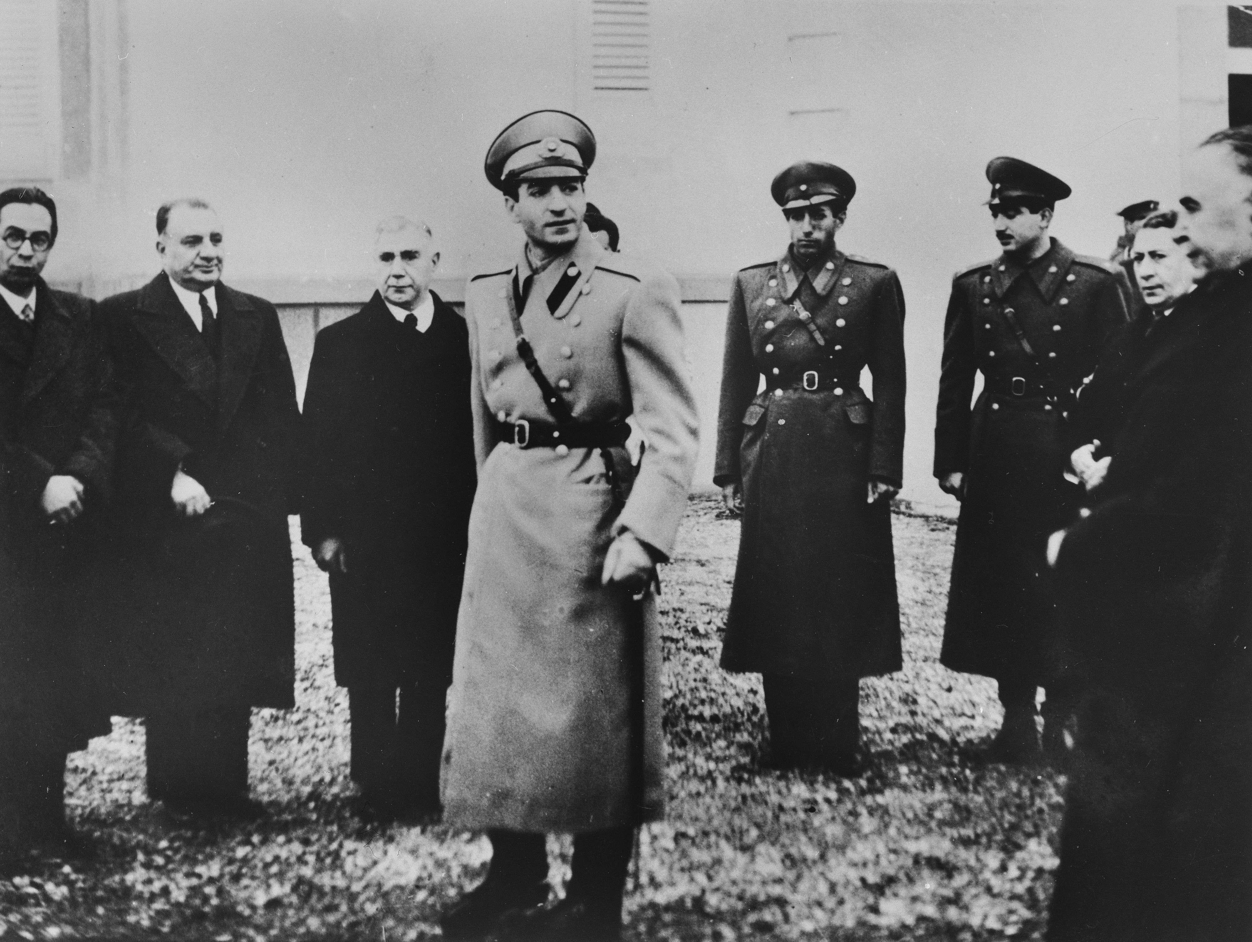 Вступление напрестол Мохаммеда Реза-шаха, 16 сентября 1941 года. Слева — члены правительства, справа — брат шаха Али Реза иТеймур Бахтияр