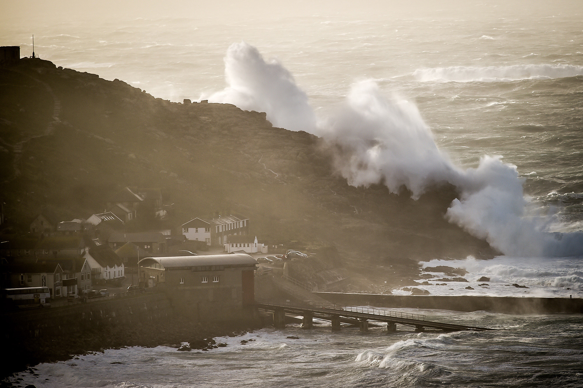 Мощные волны ударили поСеннен-Ков — небольшой прибрежной деревушке вКорнуолле, Англия.
