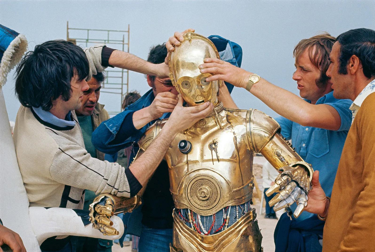 «Звездные войны» (1977): Костюм C-3PO стал испытанием длявсей съемочной группы — идля актера Энтони Дэниелса.