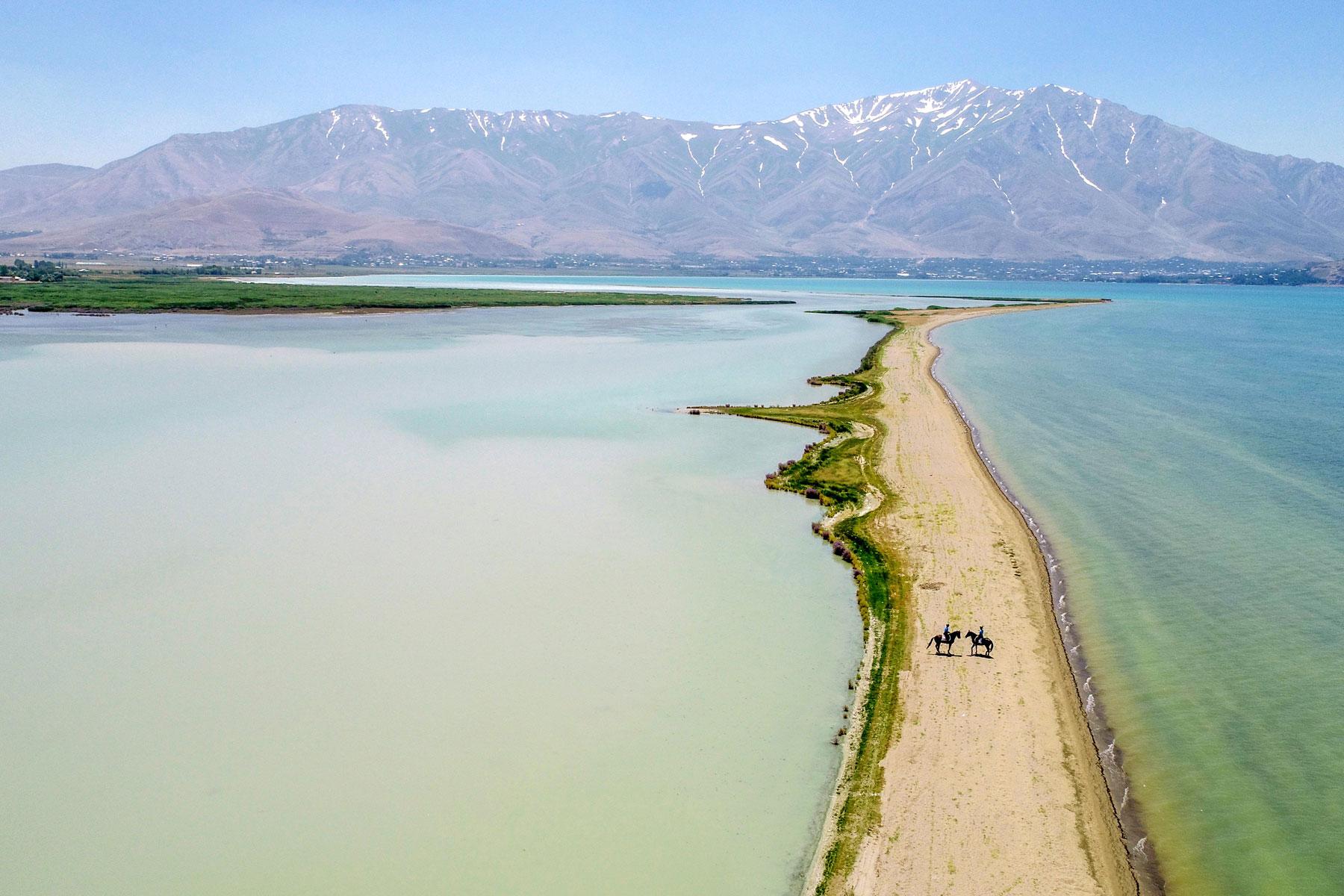 Турецкая жандармерия охраняет побережье озера Ван, куда запрещено въезжать автомобилям