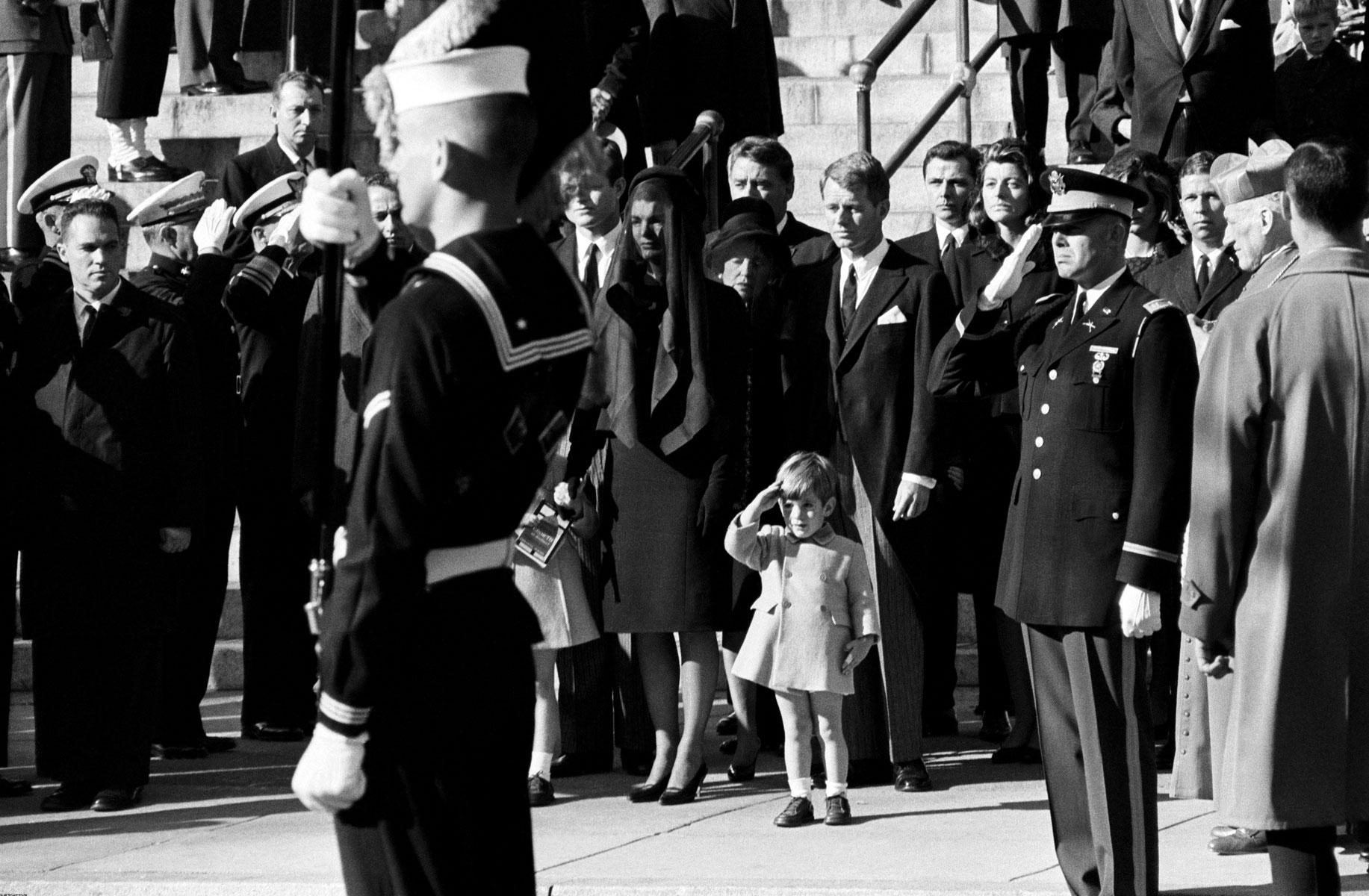 3-летний Джон Ф. Кеннеди-младший напохоронах отца, 1963 год