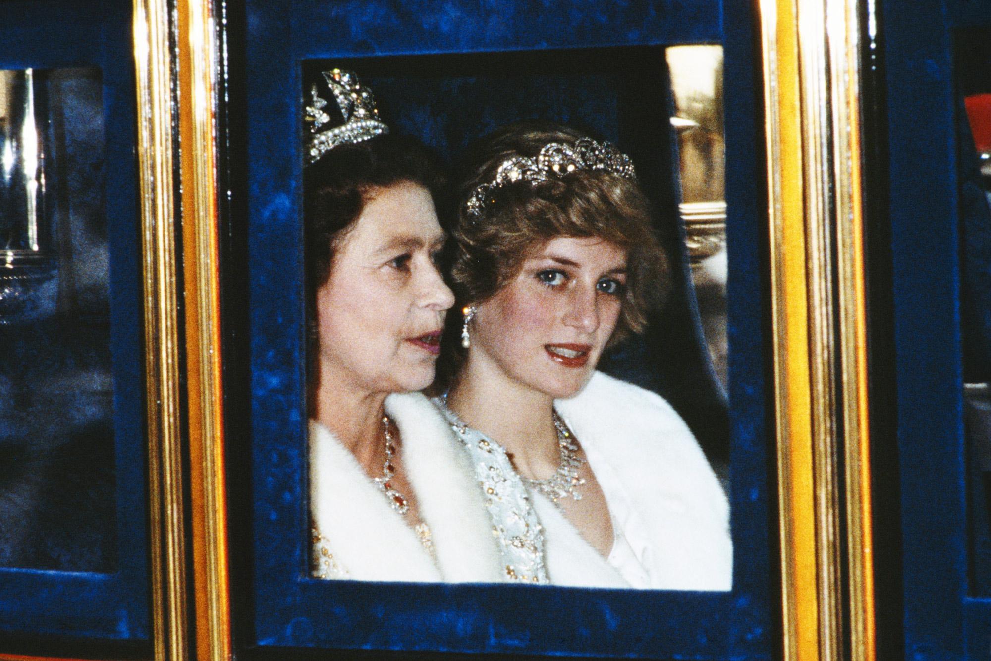 Принцесса Уэльская Диана икоролева Елизавета II нацеремонии открытия сессии парламента вЛондоне, ноябрь 1982 года.