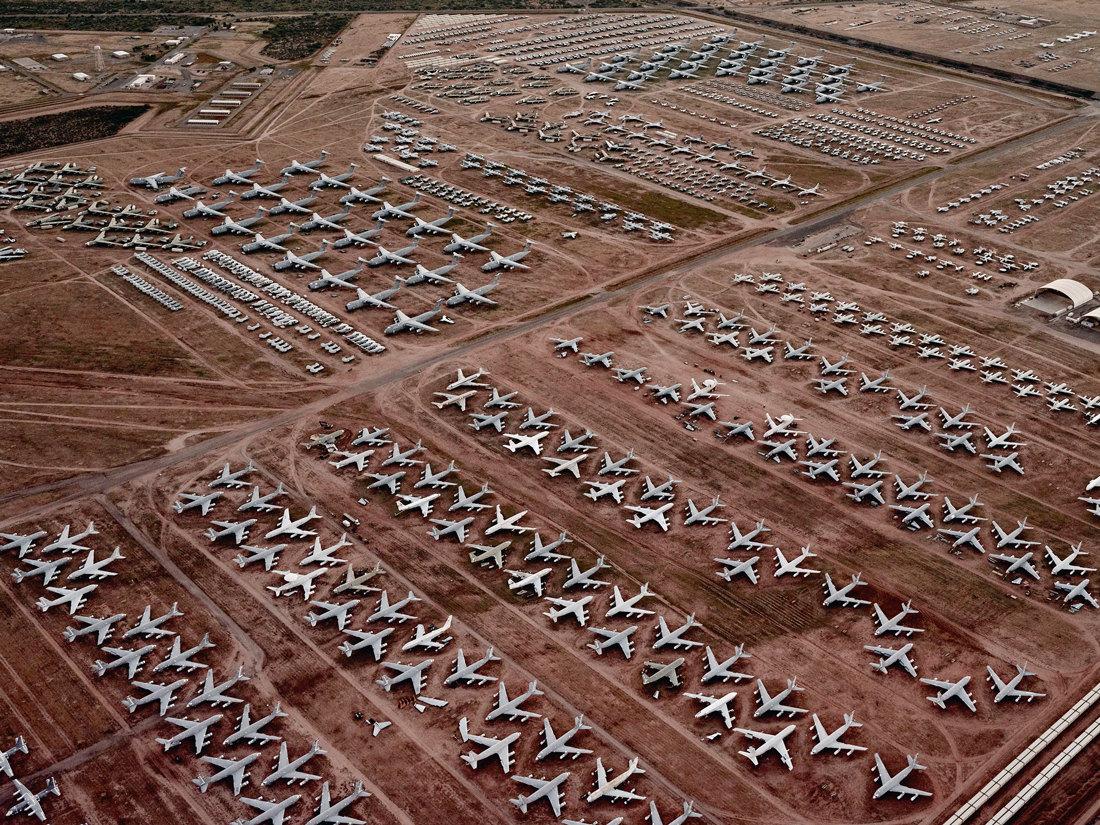 Тусон, АризонаАвиабаза американских ВВС Дэвис-Монтен – самое большое вмире кладбище боевых самолетов. Здесь хранится почти 4,5 тысячи машин – одни постепенно разбирают назапчасти, другие законсервированы. Сухой климат итвердая почва пустыни позволяют хранить технику безангаров. Кладбище самолетов занимает площадь 10,5 квадратных километра – по‑настоящему его масштаб можно осознать, только увидев своздуха.