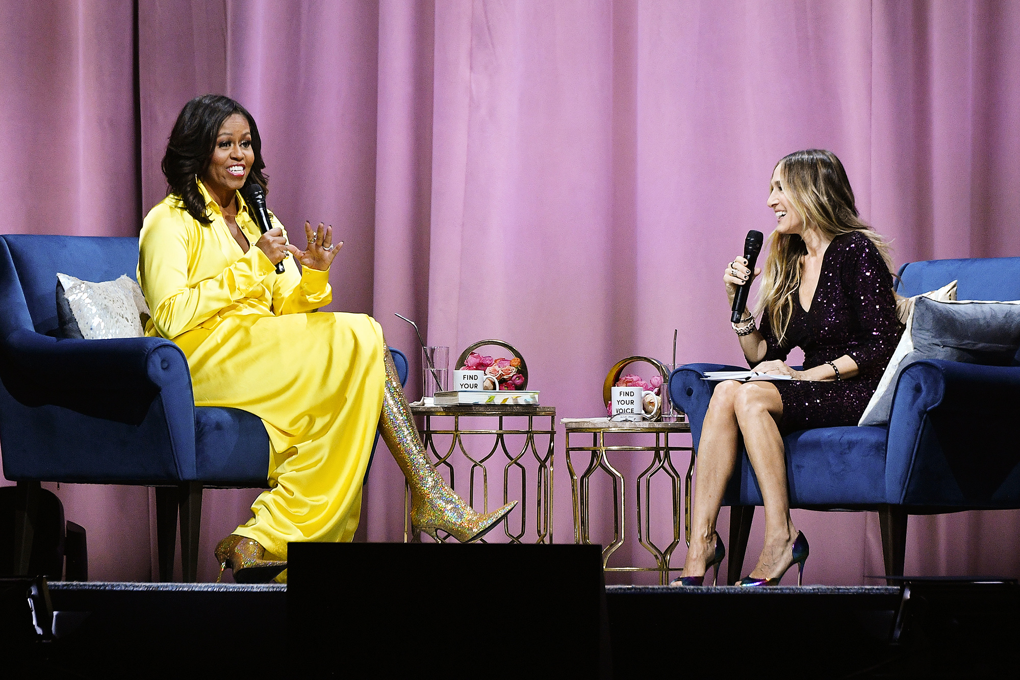 Мишель Обама вблестящих ботфортах Balenciaga дает интервью актрисе Саре Джессике Паркер врамках промо своих мемуаров