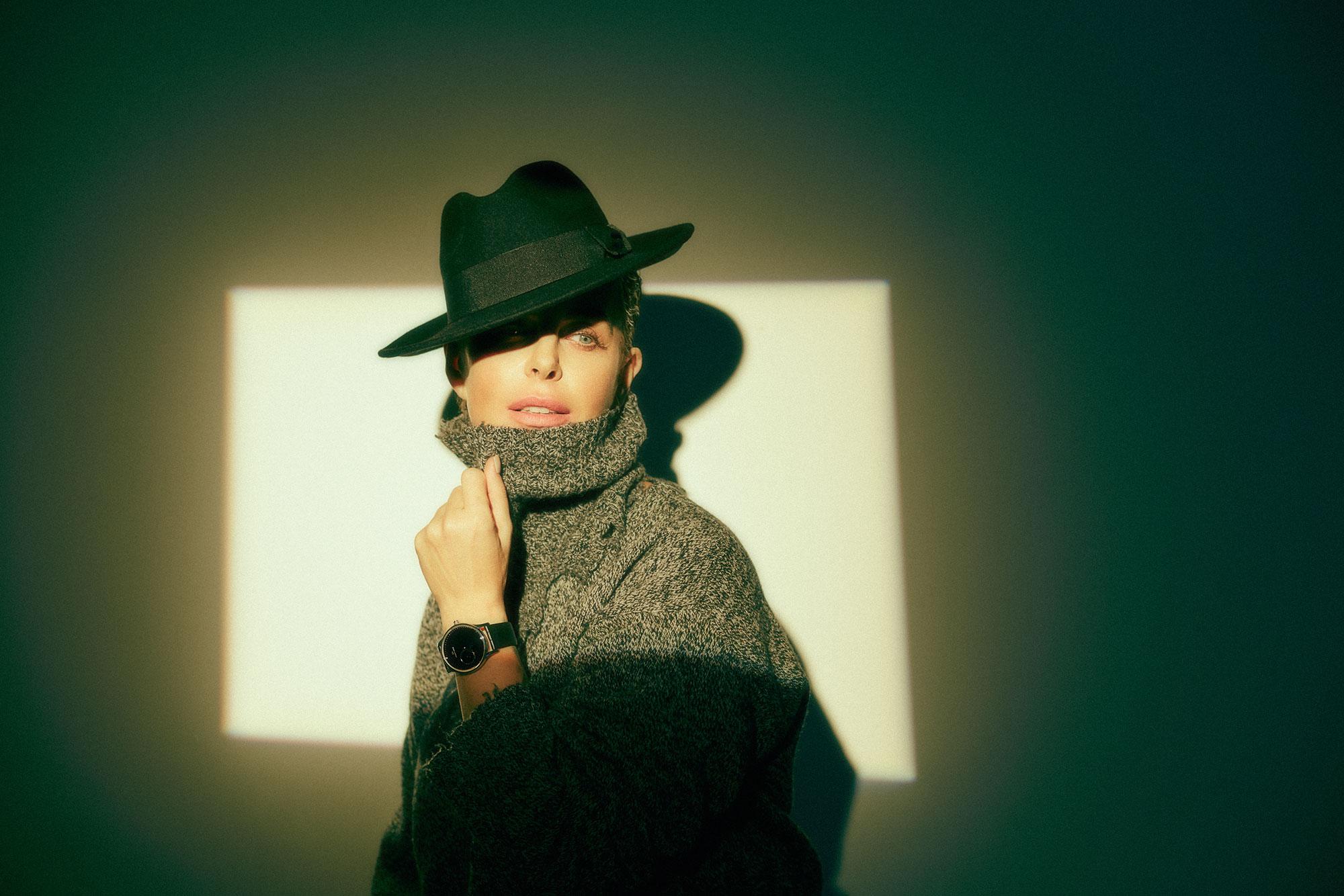 Шляпа Max Mara; свитер Etro; часы Jaquet Droz Grande Heure Minute Onyx