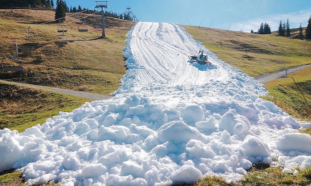 22 октября 2019 года — полоса снега, открытая длялыжников. Активисты, которые борются против изменений климата, призвали горнолыжные курорты переосмыслить свои действия нафоне того, что первый же австрийский курорт, который открылся вконце ноября, располагает лишь тонкой полоской снега назеленой траве.