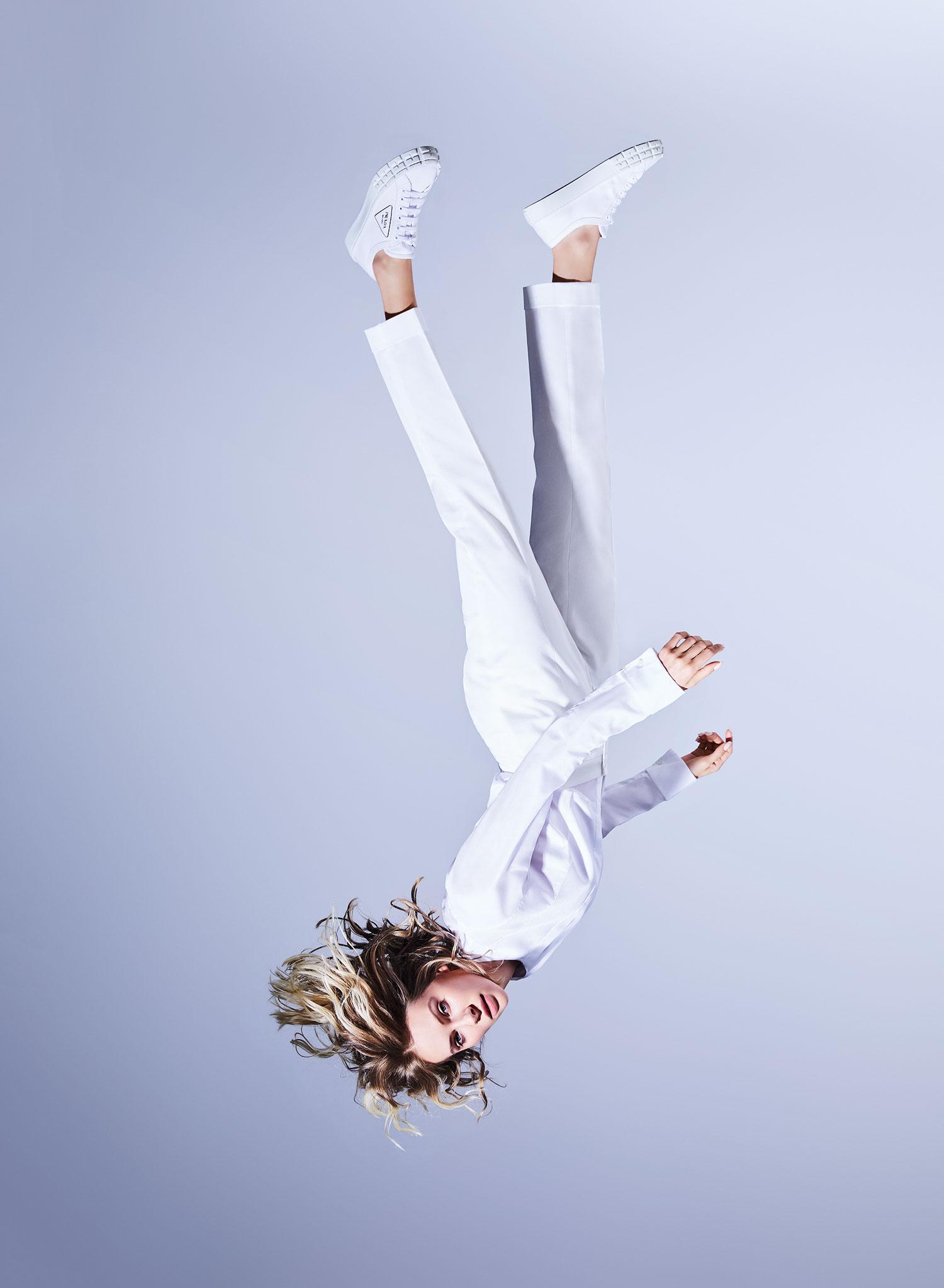 Рубашка Dior; брюки Etro; кеды Prada