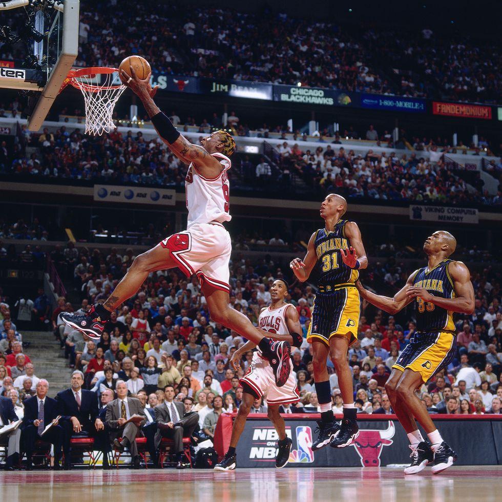 Деннис Родман (Chicago Bulls) делает бросок