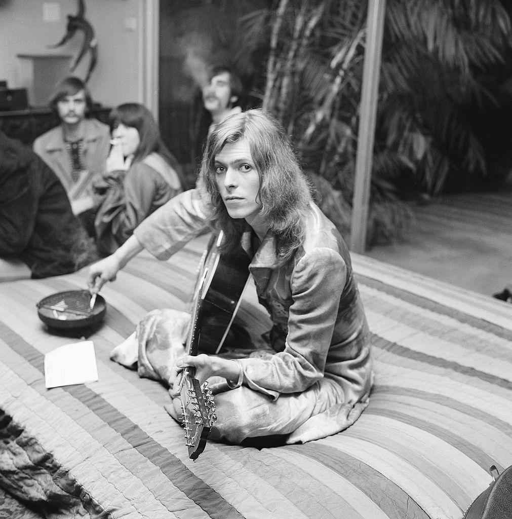 Дэвид Боуи играет навечеринке, которую устроил публицист, будущий импресарио ночных клубов идиджей Родни Бингенхаймер вдоме адвоката Пола Фигена вянваре 1971 года вЛос-Анджелесе, штат Калифорния