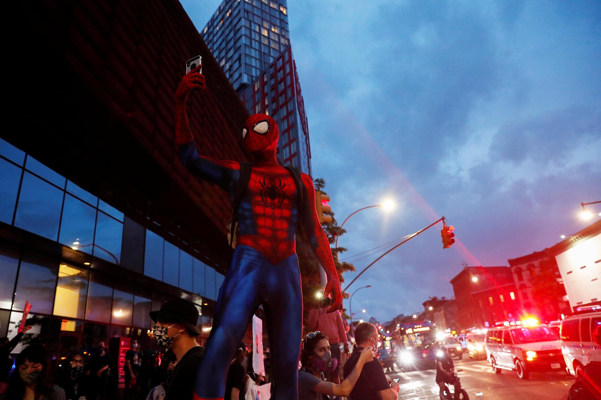 Человек-паук напротестах вНью-Йорке