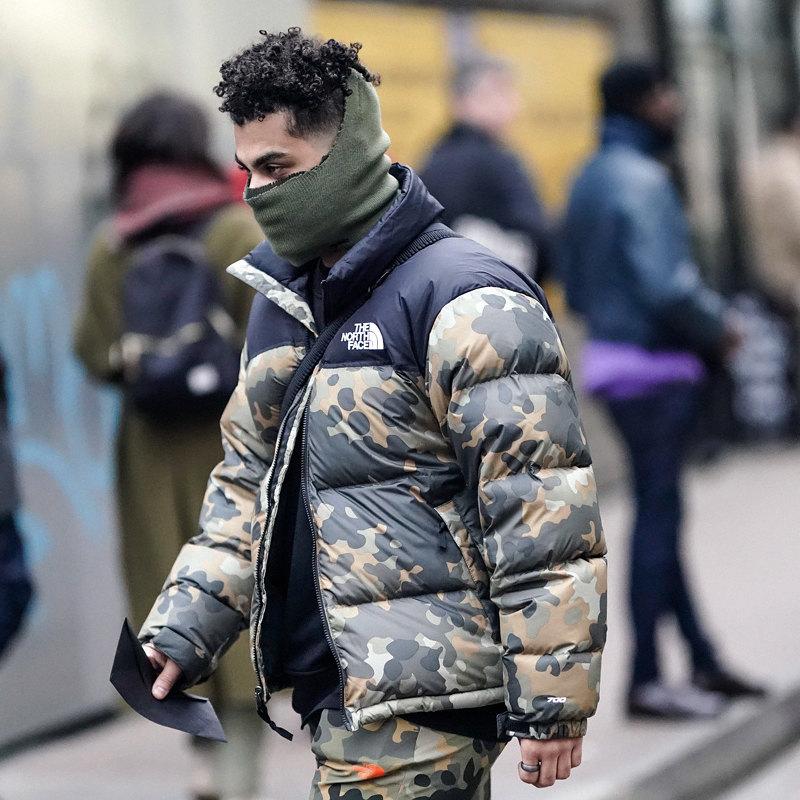 Гость лондонской недели моды впуховике North Face