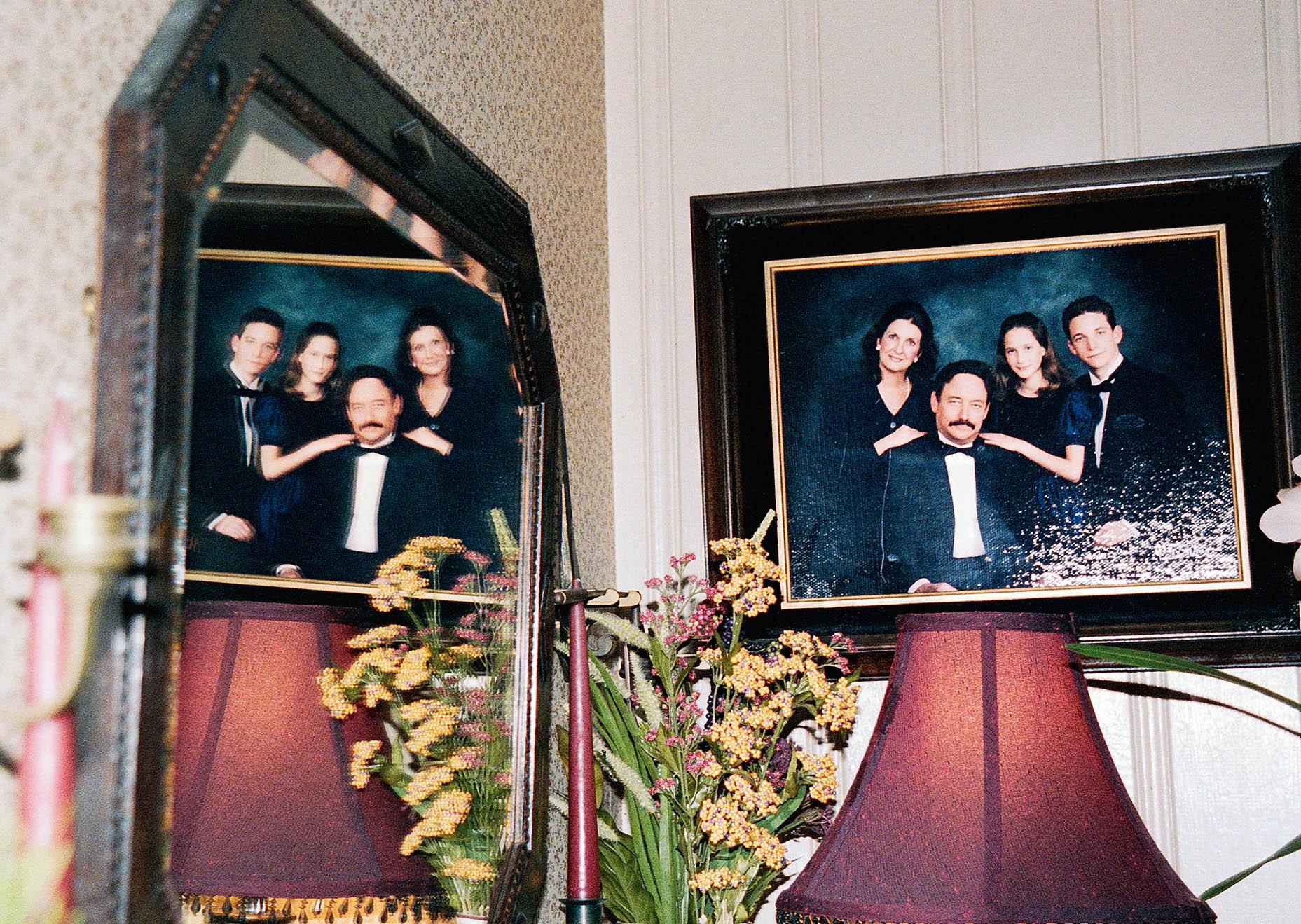 Свою серию «Порознь/вместе» одвух мирах, вкоторых обитали ее родители, фотограф Кэти Шапиро начала снимать, когда они отпраздновали 35-ю годовщину свадьбы. Спустя пять лет они развелись.