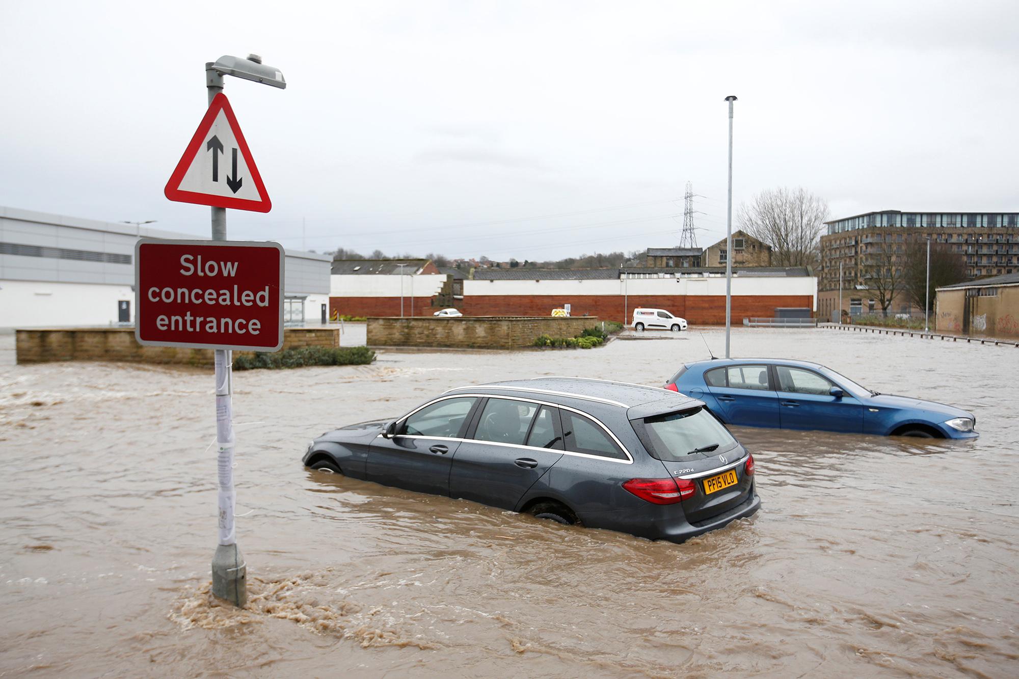 Подтопленные автомобили вгороде Брайхаус, Западный Йоркшир, Великобритания