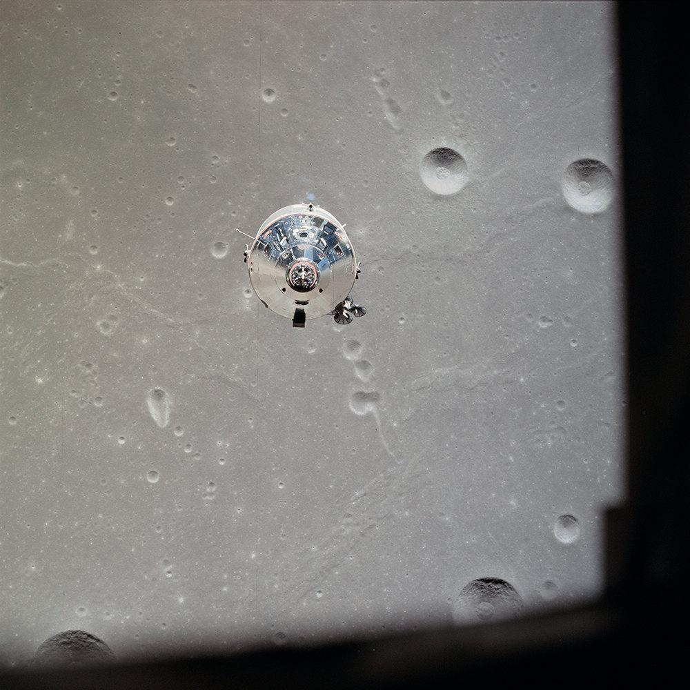 Корабль «Колумбия», сфотографированный из«Орла» сразу после разделения нафоне обратной стороны Луны.
