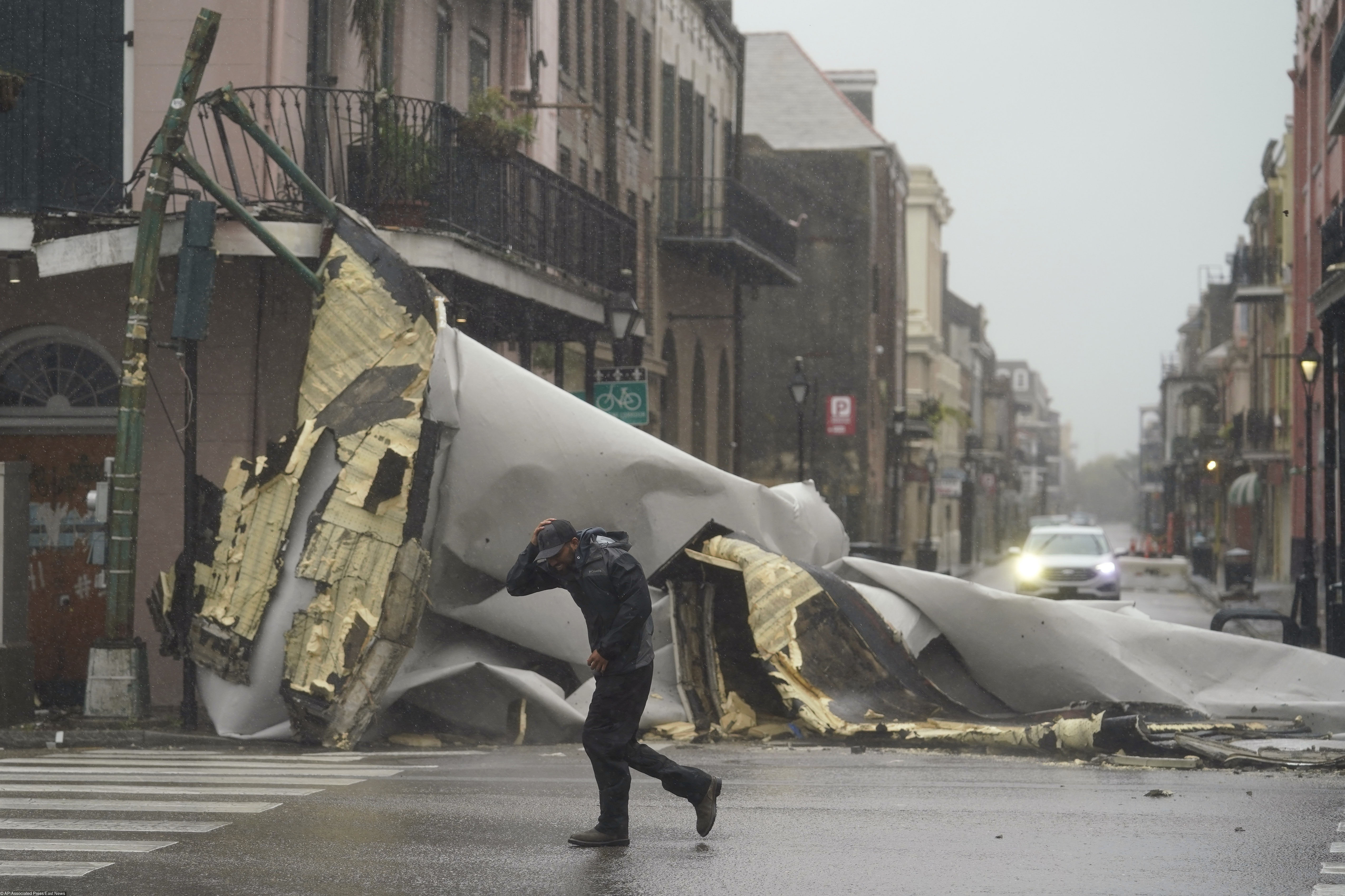 Ураган сносит крышы во Французском квартале,