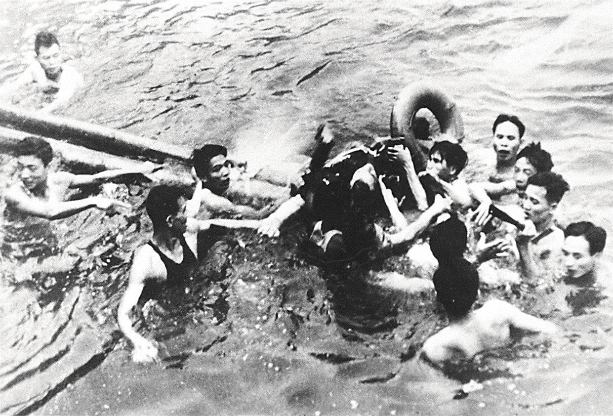 Катапультируясь надозером вцентре Ханоя, откуда его вытащили солдаты вьетнамской армии, Маккейн сломал обе руки иправое колено.
