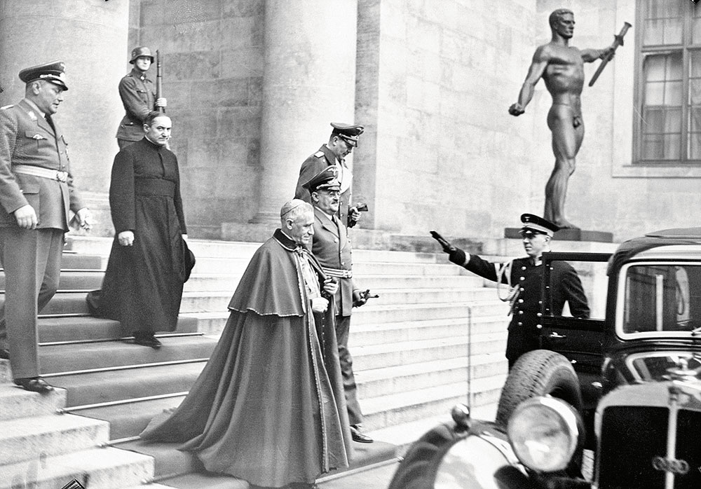 Папский нунций (посол) вГермании кардинал Чезаре Орсениго покидает резиденцию Адольфа Гитлера после дипломатической встречи навысшем уровне