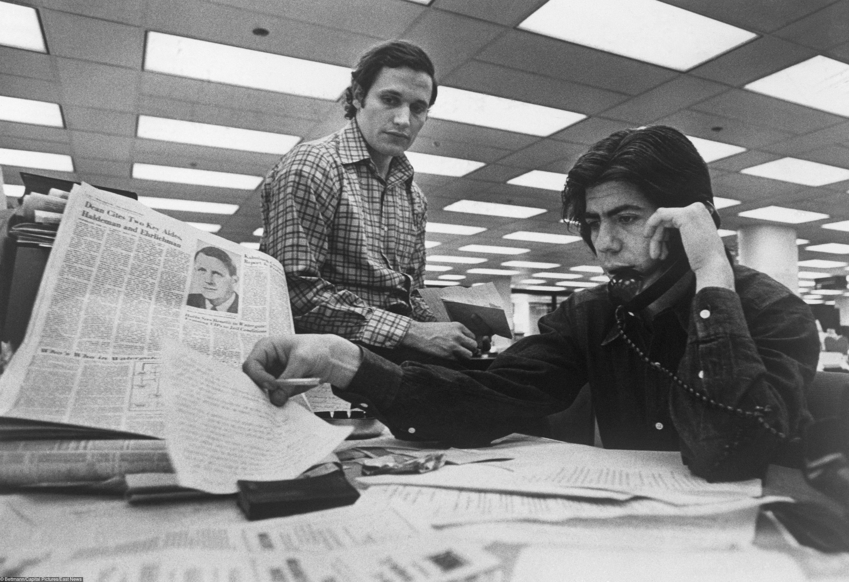 Боб Вудворд (слева) иКарл Бернштейн, штатные писатели The Washington Post, которые занимались расследованием дела Уотергейта, сидят засвоим столом