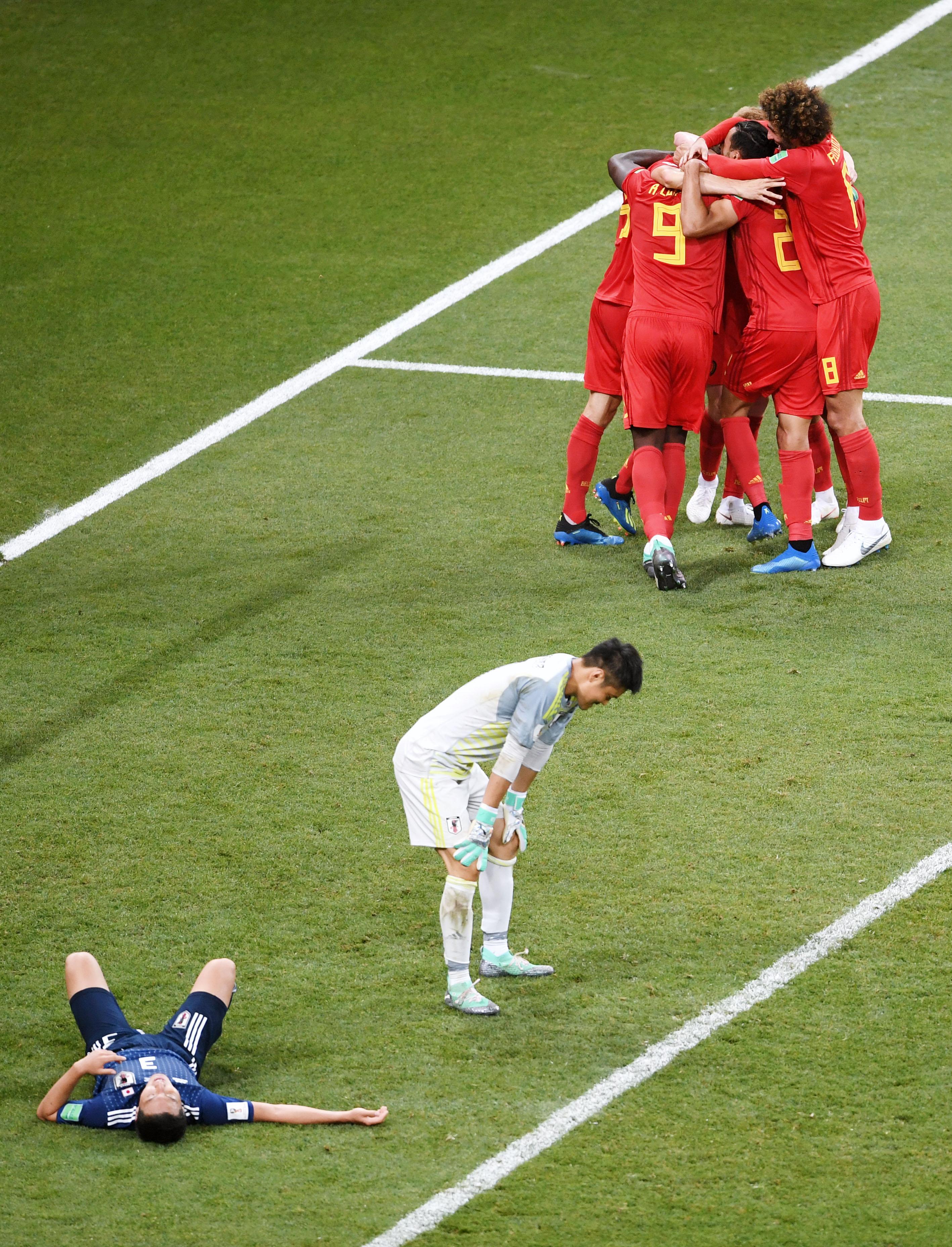 Футболисты сборной Японии после проигрыша Бельгии. Решающий гол напоследней минуте в1/8 финала забил бельгиец Насер Шадли.