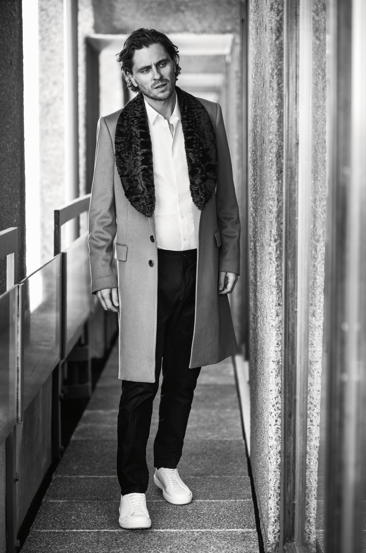 Пальто, рубашка, брюки, все Dolce&Gabbana; кеды Church's