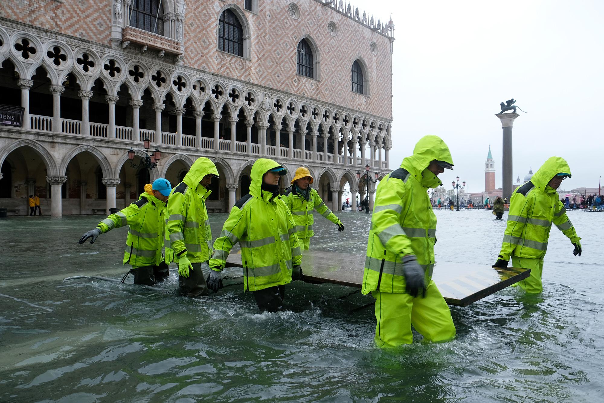 Рабочие во время наводнения около Дворца Дожей наплощади Святого Марка
