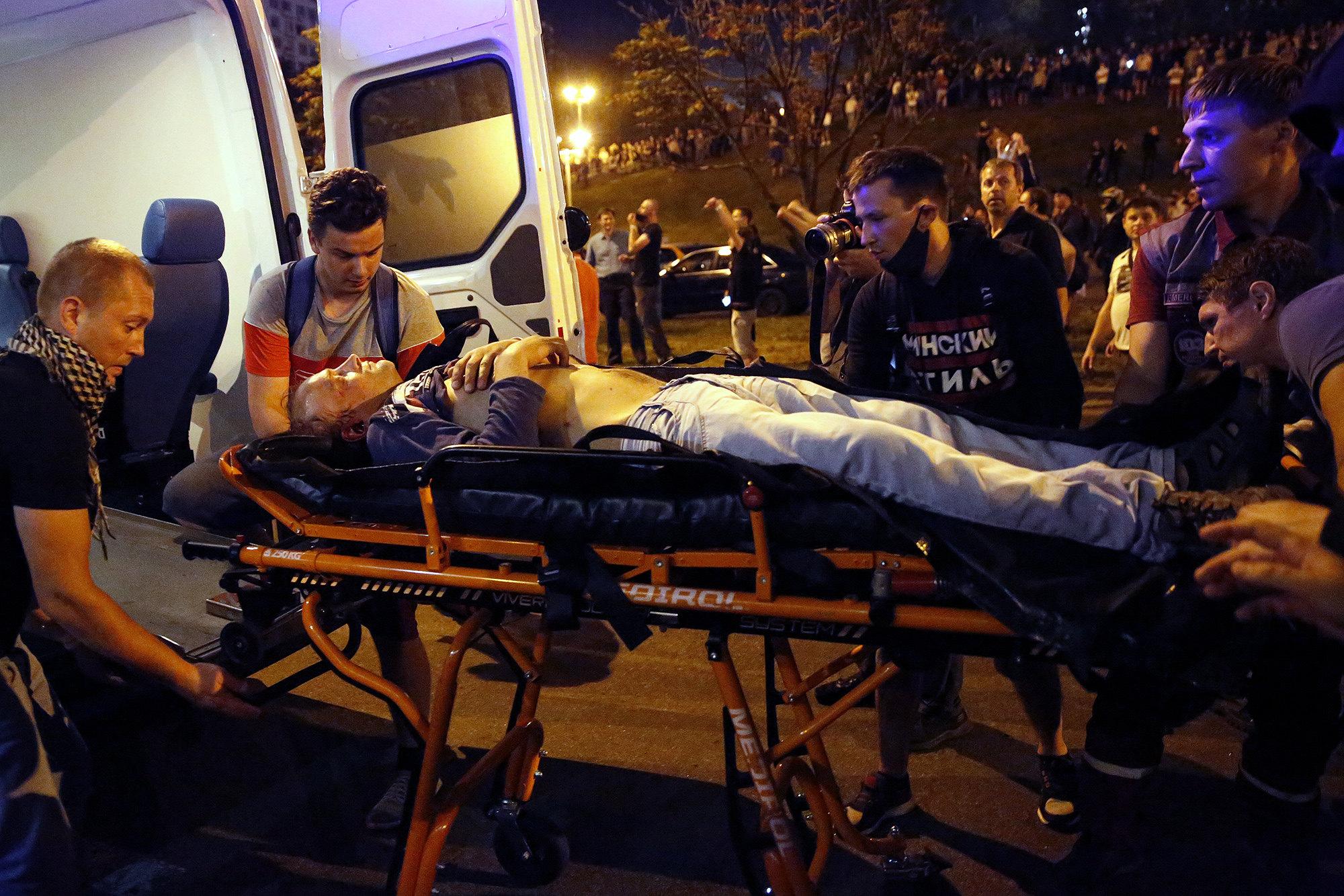 Бригада Скорой помощи оказывает помощь раненному вМинске, Беларусь