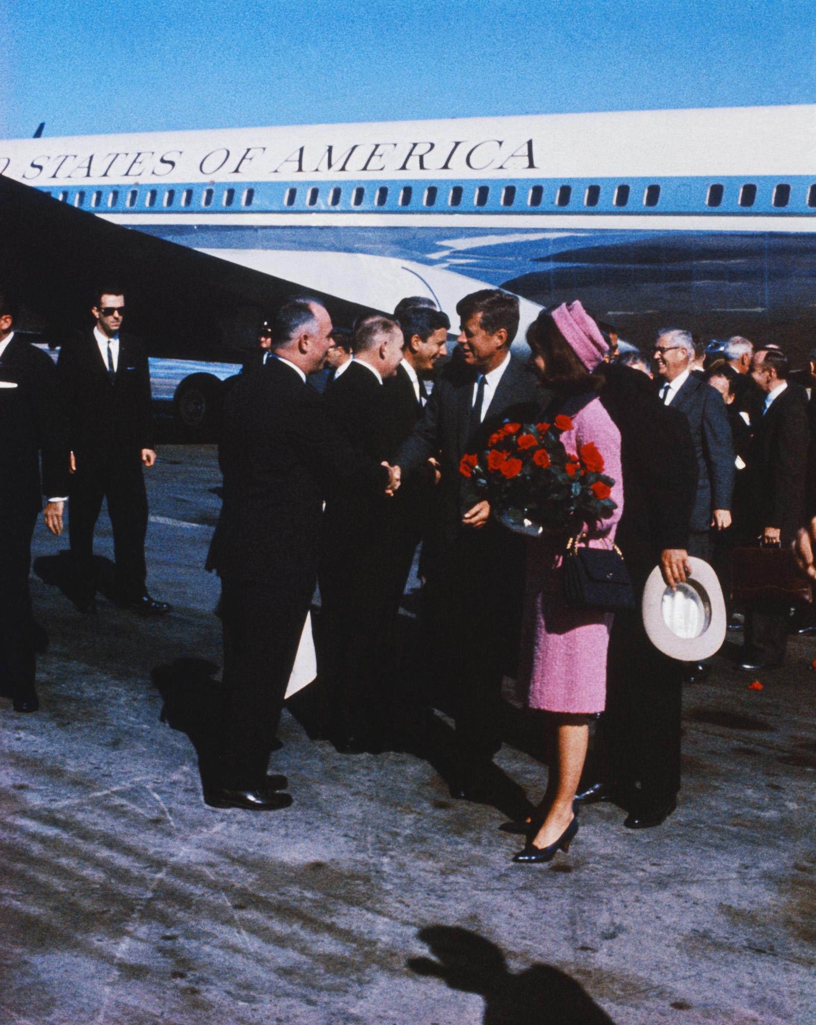 Джон иЖаклин Кеннеди прибывают вДаллас, 22 ноября 1963