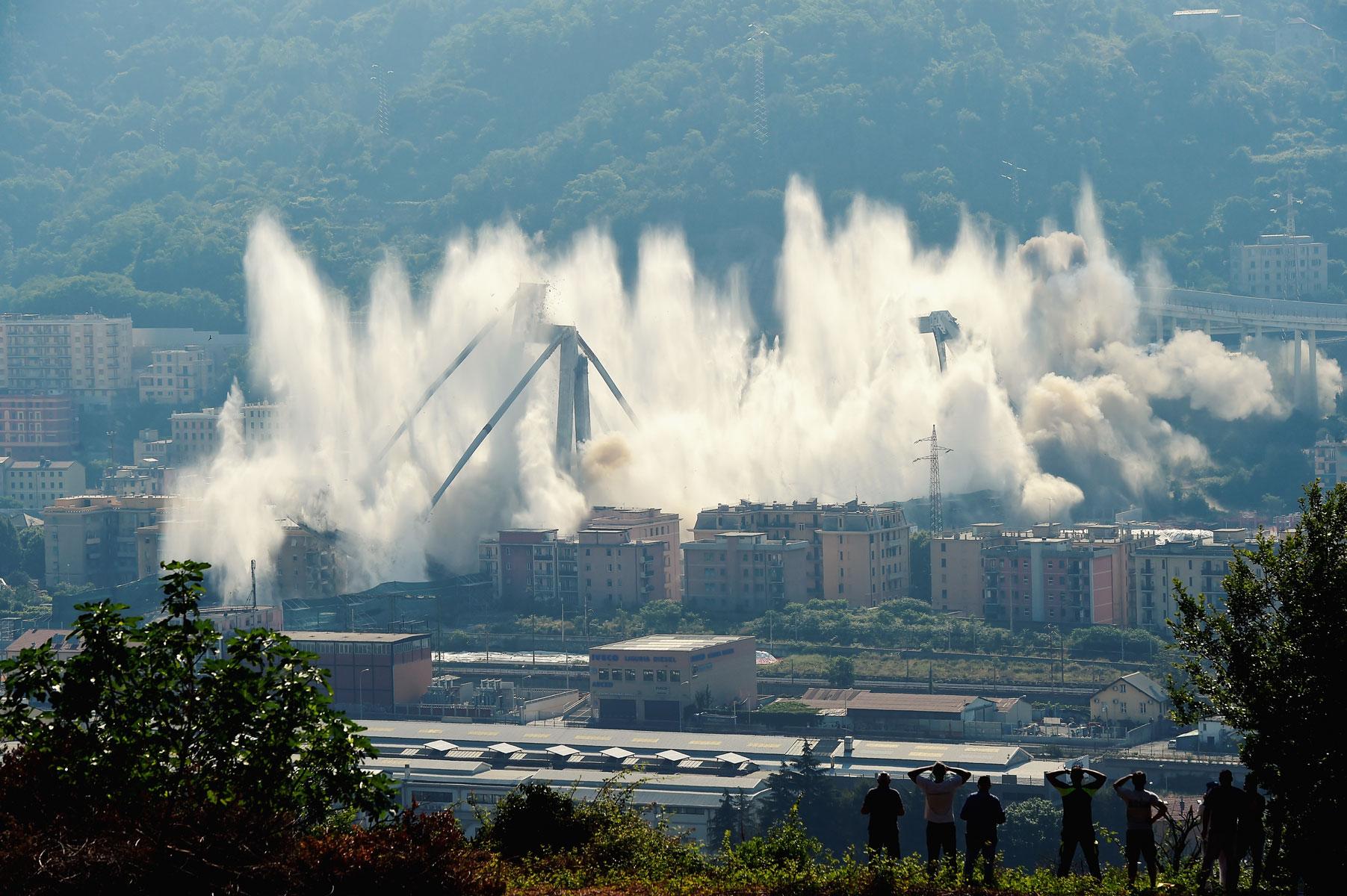 В итальянской Генуе произвели контролируемый взрыв виадука Моранди. Чтобы снести старую конструкцию, специалисты использовали более полутонны взрывчатки. Виадук Моранди частично обрушился вавгусте 2018 года, вэтот момент намосту находились более 30 легковых автомобилей. Жертвами катастрофы стали 43 человека