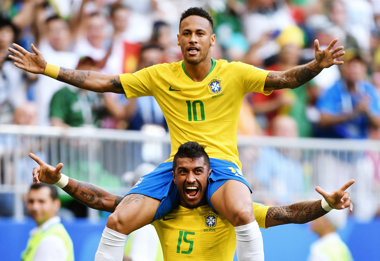 Неймар иПаулиньо отмечают гол вворота Мексики, обспечивший сборной Бразилии выход в1/4 финала.