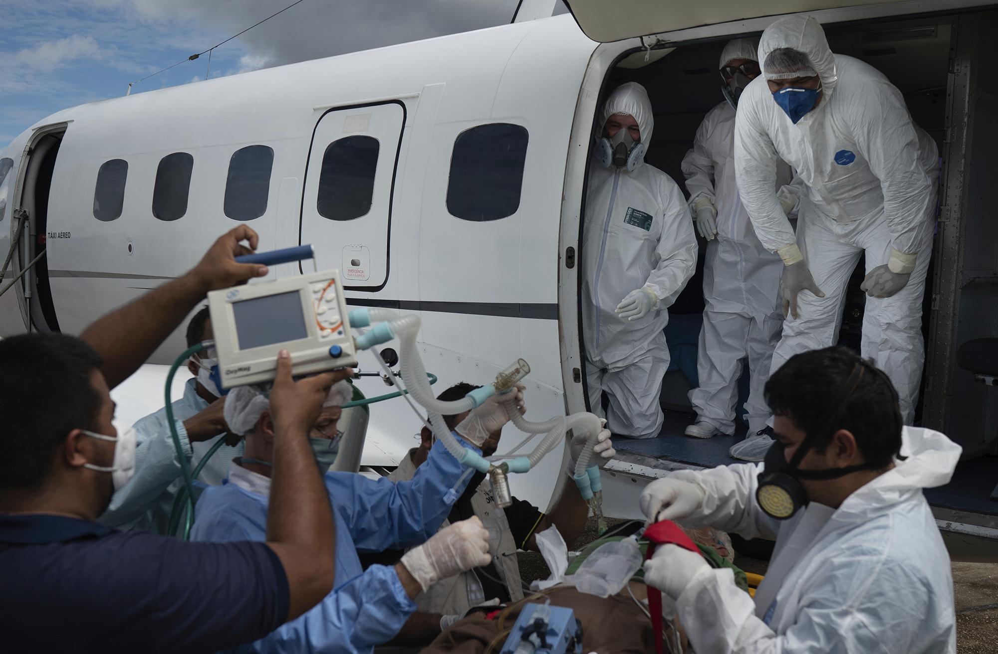 Медики готовятся ктранспортировке 89-летнего пациента измуниципалитета Санту-Антониу-ду-Иса вгоспиталь вМанаусе