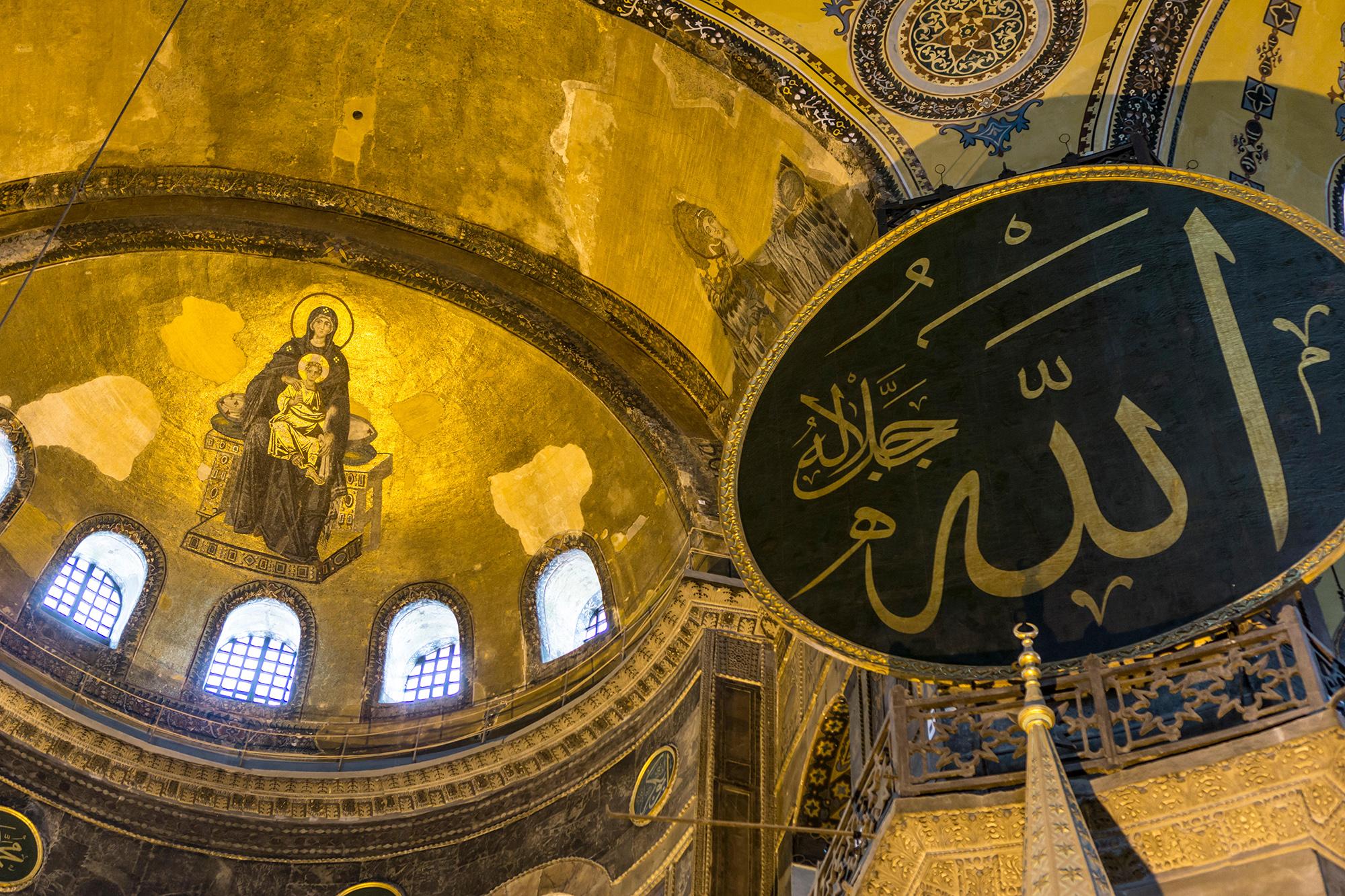 Христианские мозаики иисламская каллиграфия вСоборе Святой Софии, 2018 год