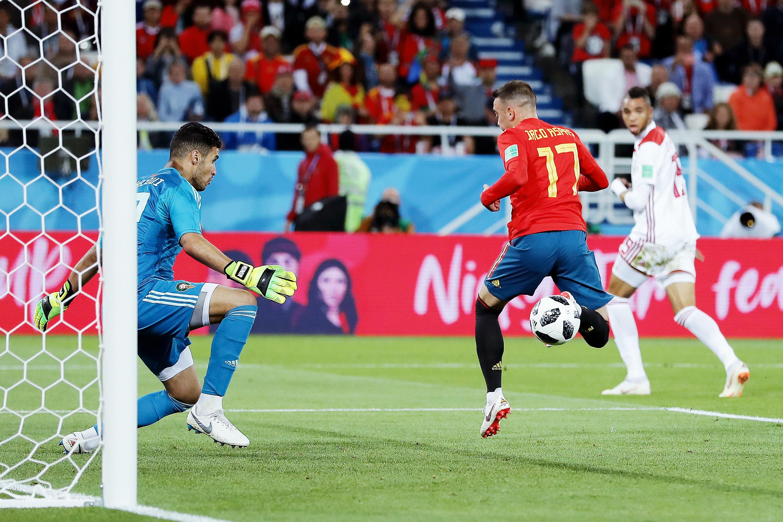 Один изсамых изящных голов чемпионата мира: испанец Яго Аспас забивает пяткой вматче против Марокко.