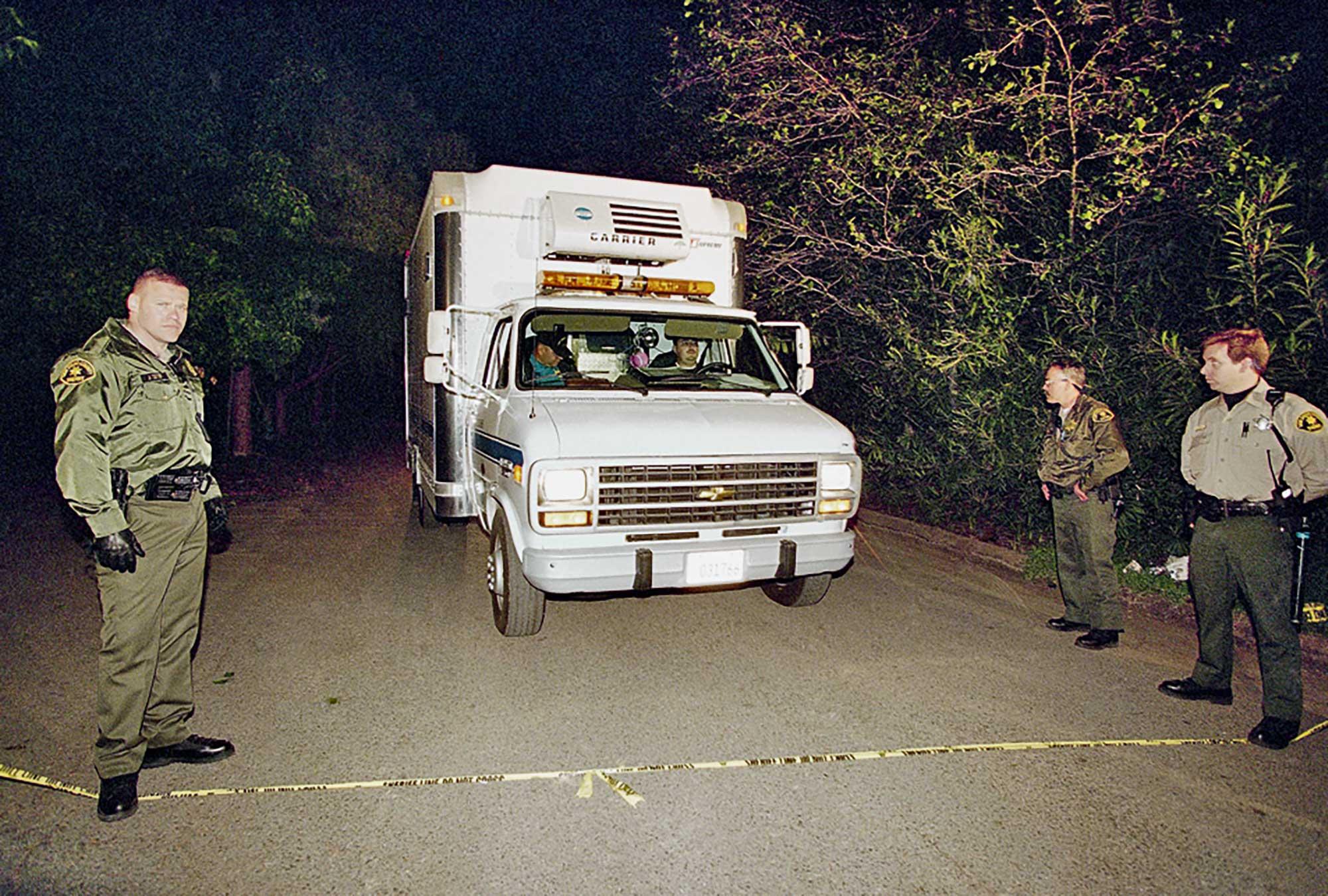 Полиция увозит тела сектантов. Громкое ритуальное самоубийство трех десятков человек вызвало шок увсей Америки