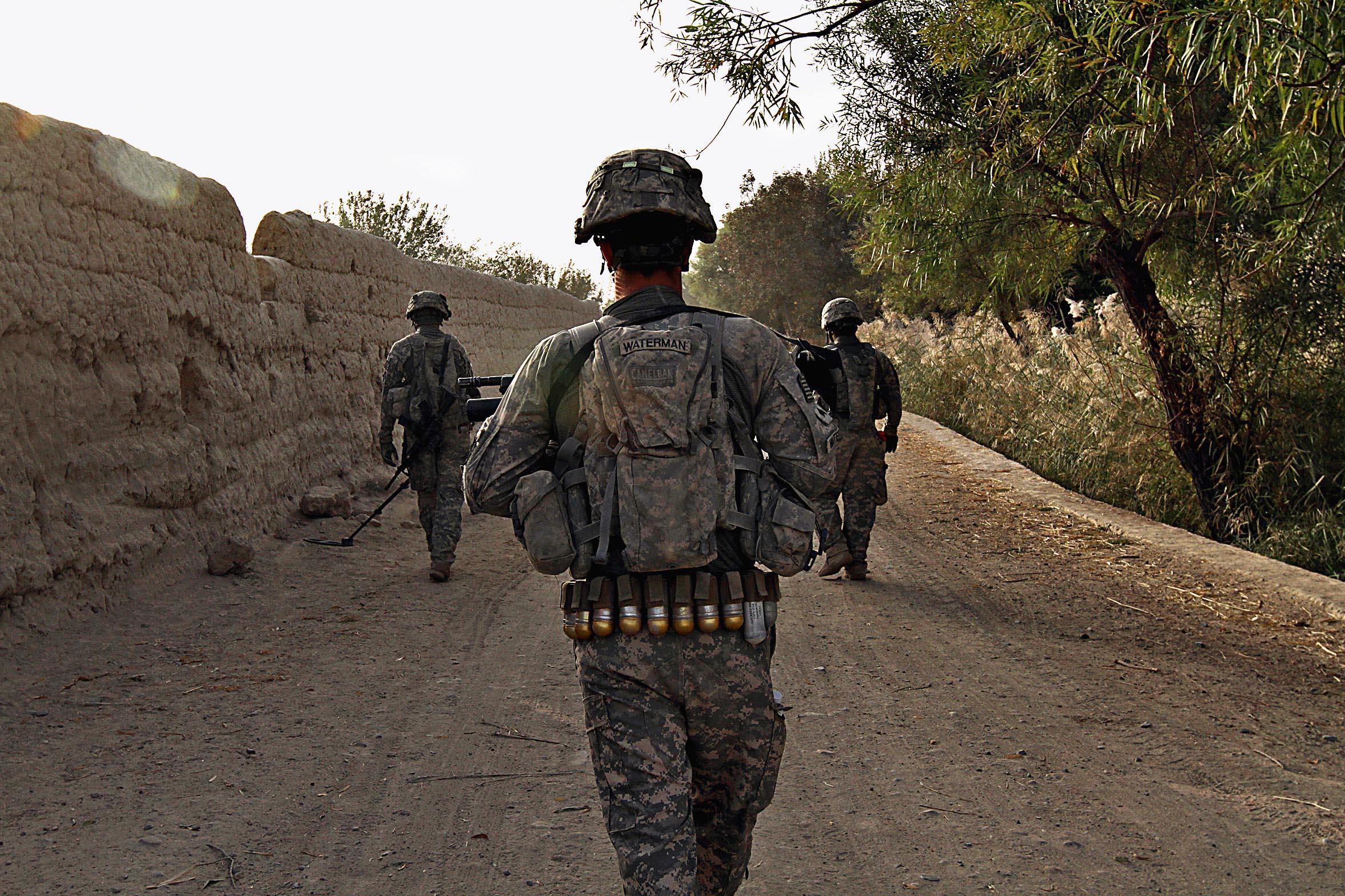 Кандагар, район Аргандаб. Саперная группа — рядовой Лаплаунт (слева), сержант Максвелл (справа) иприкрывающий обоих сержант Уотерман (в центре) — идет впереди взвода, проверяя сельскую дорогу иокрестности.