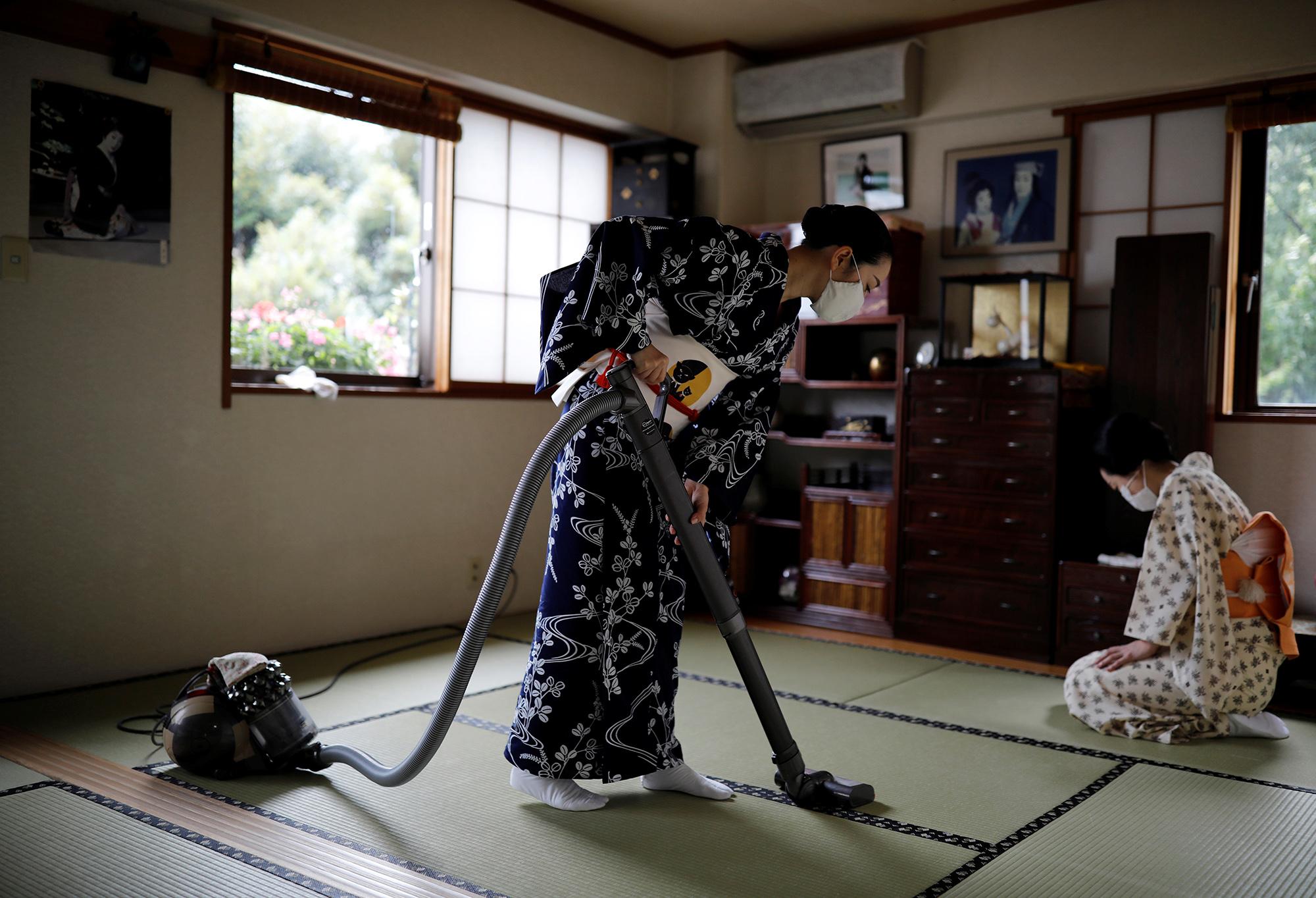 Койку иМаки убирают вгостиной Икуко передобедом.