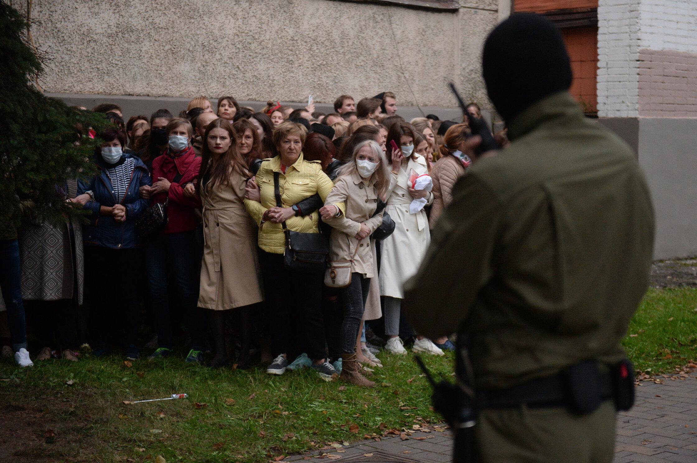 Белорусские женщины выстроились вживую цепь, сопротивлясь попыткам силовиков провести задержания. Акция проводилась вподдержку одного излидеров оппозиции Марии Колесниковой. Многие женщины пришли сдетьми, но это непомешало правоохранителям действовать довольно жестко.