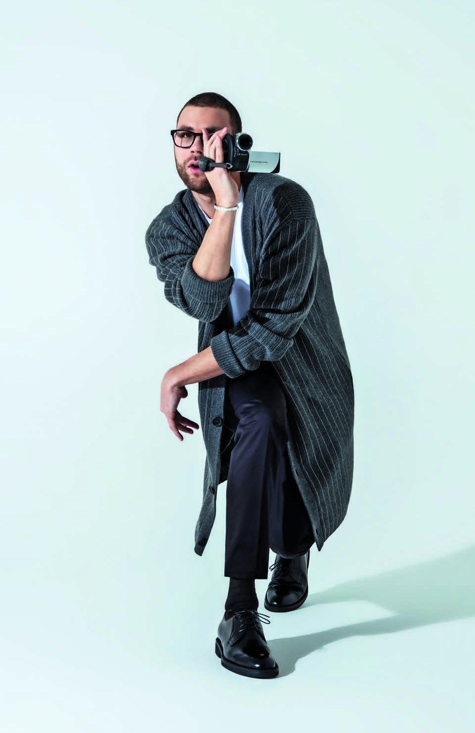 Кардиган Fendi; футболка Henderson; брюки Dolce & Gabbana; носки Falke; дерби Barrett; очки Prada