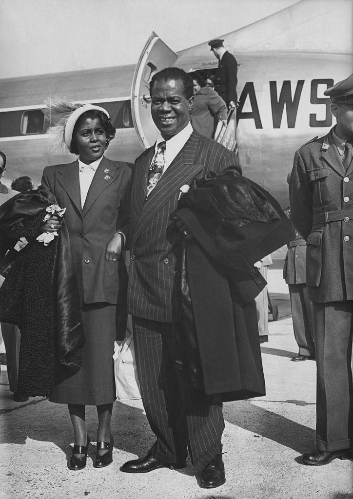 Луи Армстронг иего жена Люсиль важропорту Милана, 1949