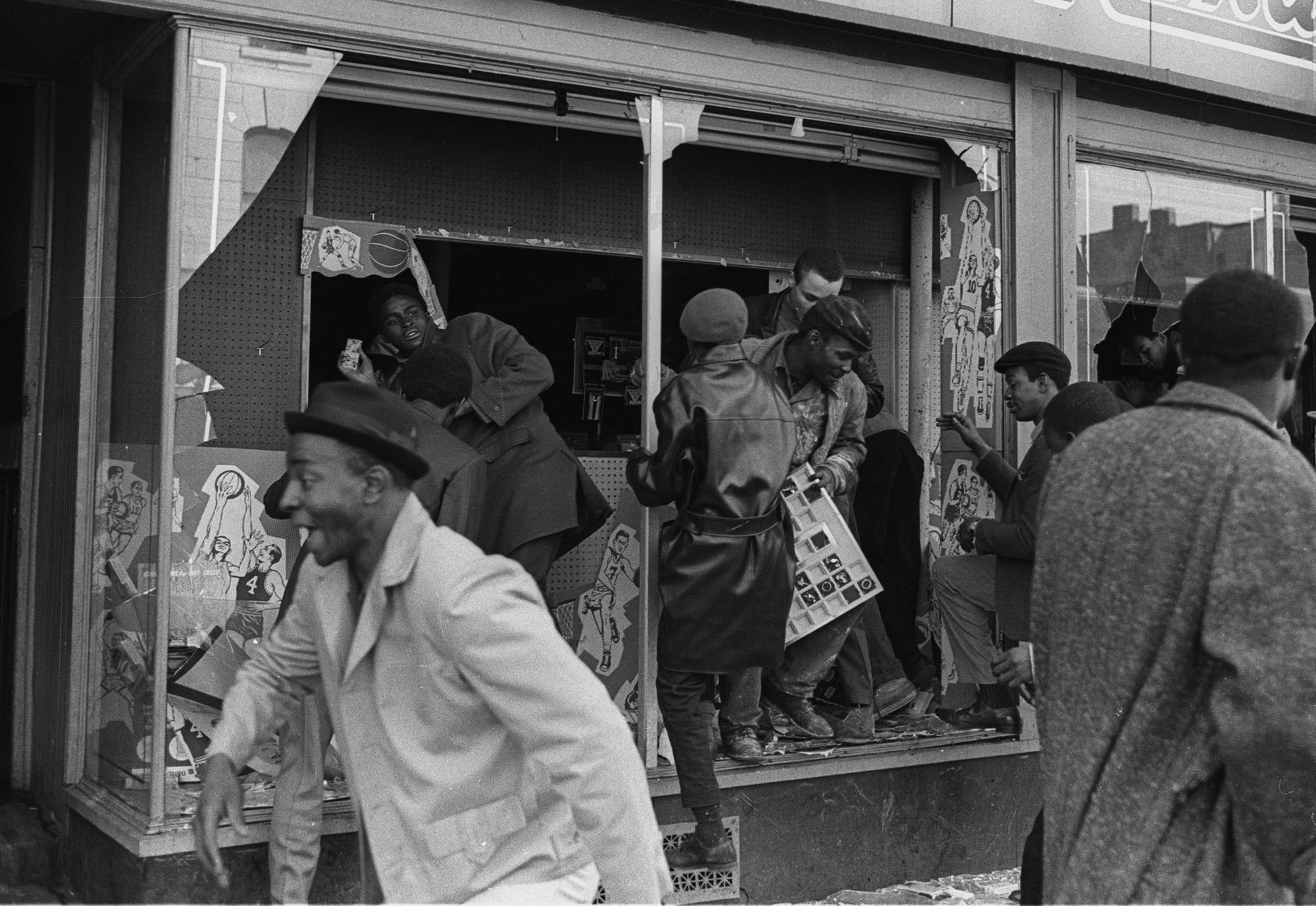 Мародерство нафоне протестов вЧикаго, апрель 1968 года.