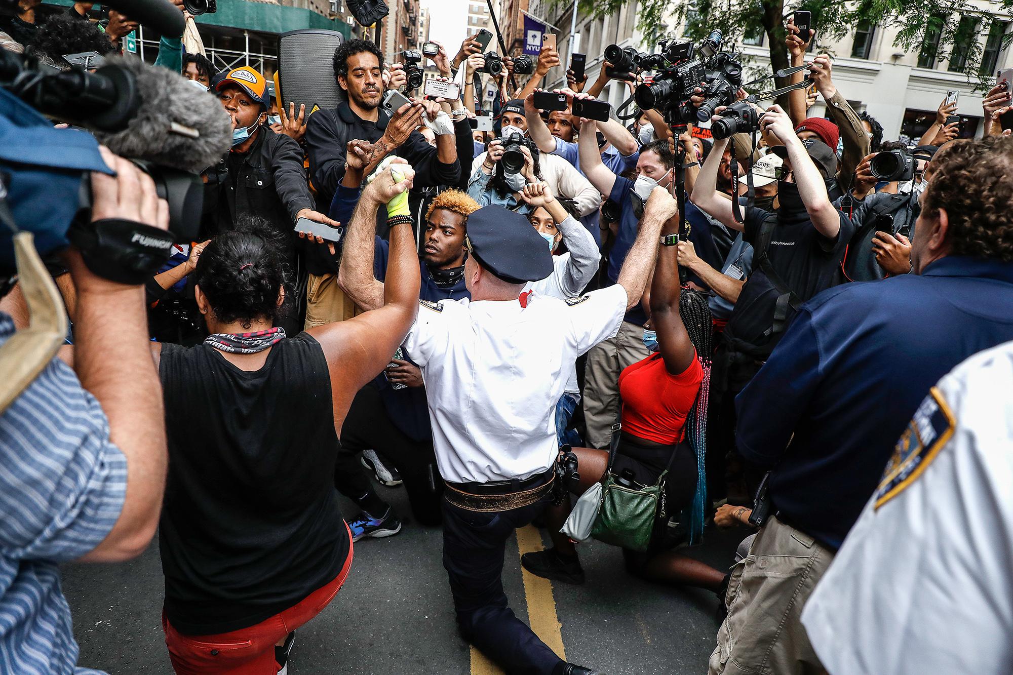 Шеф нью-йоркской полиции выражает солидарность сучастниками протеста вВашингтон сквер-парке.