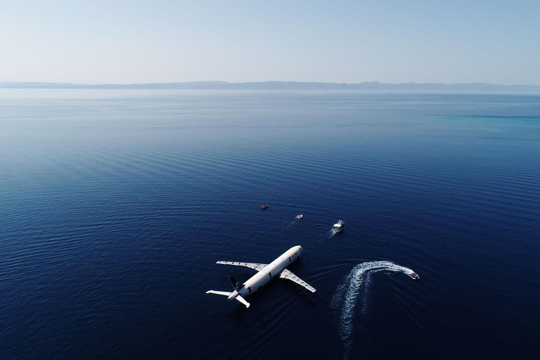 Пассажирский самолет Airbus A330 транспортируют врайон Саросского залива — лайнер погрузят наглубину 30 метров итаким образом создадут искусственный риф. Это часть нового туристического проекта врегионе Эгейского моря — турецкие власти хотят таким образом развивать дайвинг-туризм