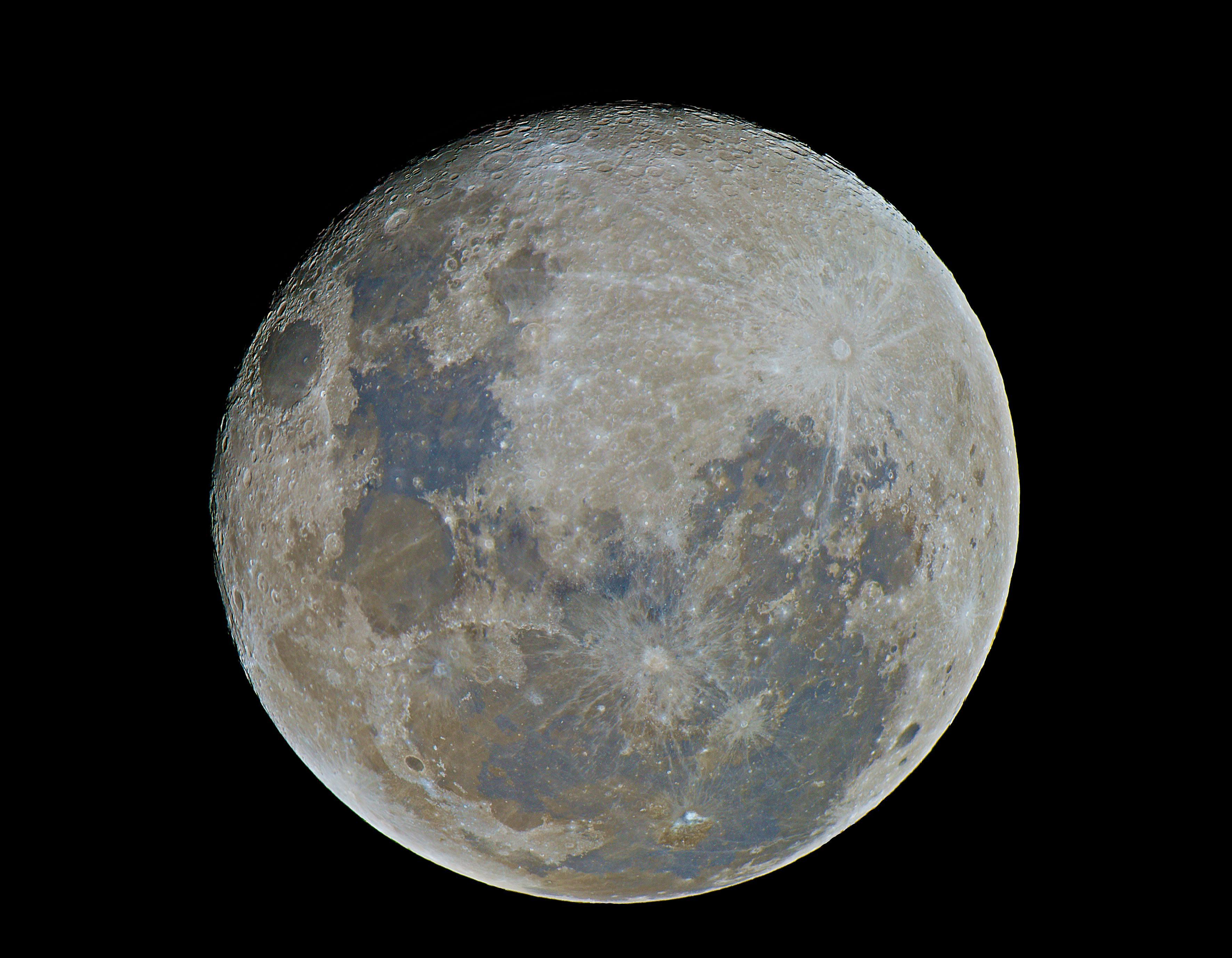 Американец Эндрю МакКарти сделал 50 тысяч снимков Луны исобрал их водин снимок сразрешением 81 мегапиксель.