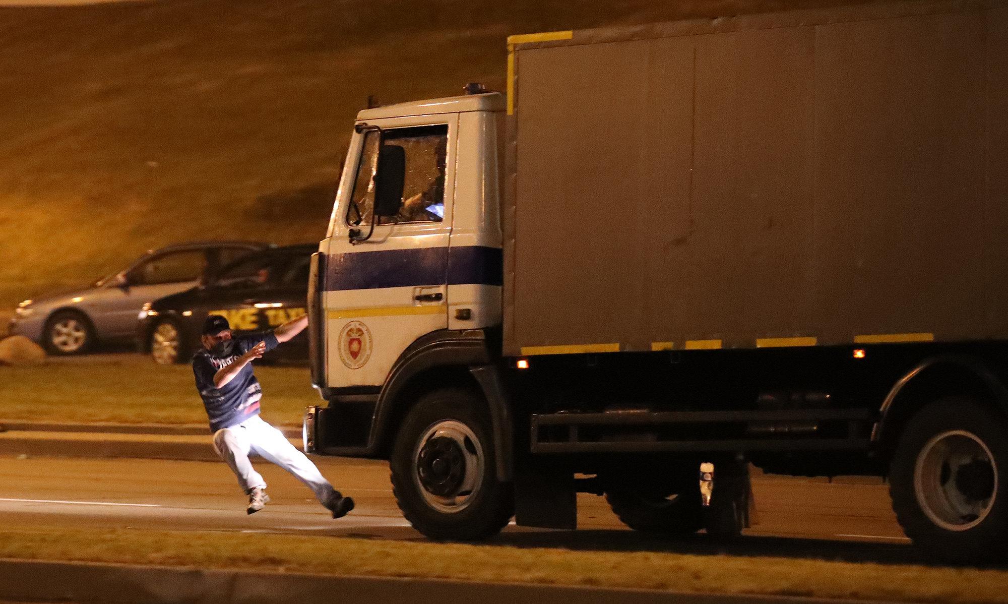 Автозак сбивает стоящего надороге оппозиционера, Минск, Беларусь