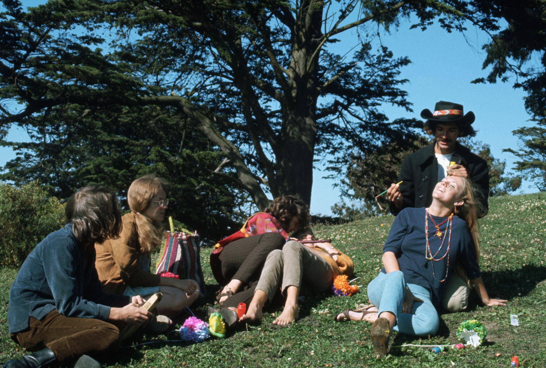 A man paints a woman's face during the Summer of Love in Haight Ashbury, San Francisco, California. 1967. Фото: Ted Streshinsky/CORBIS/Corbis via Getty Images