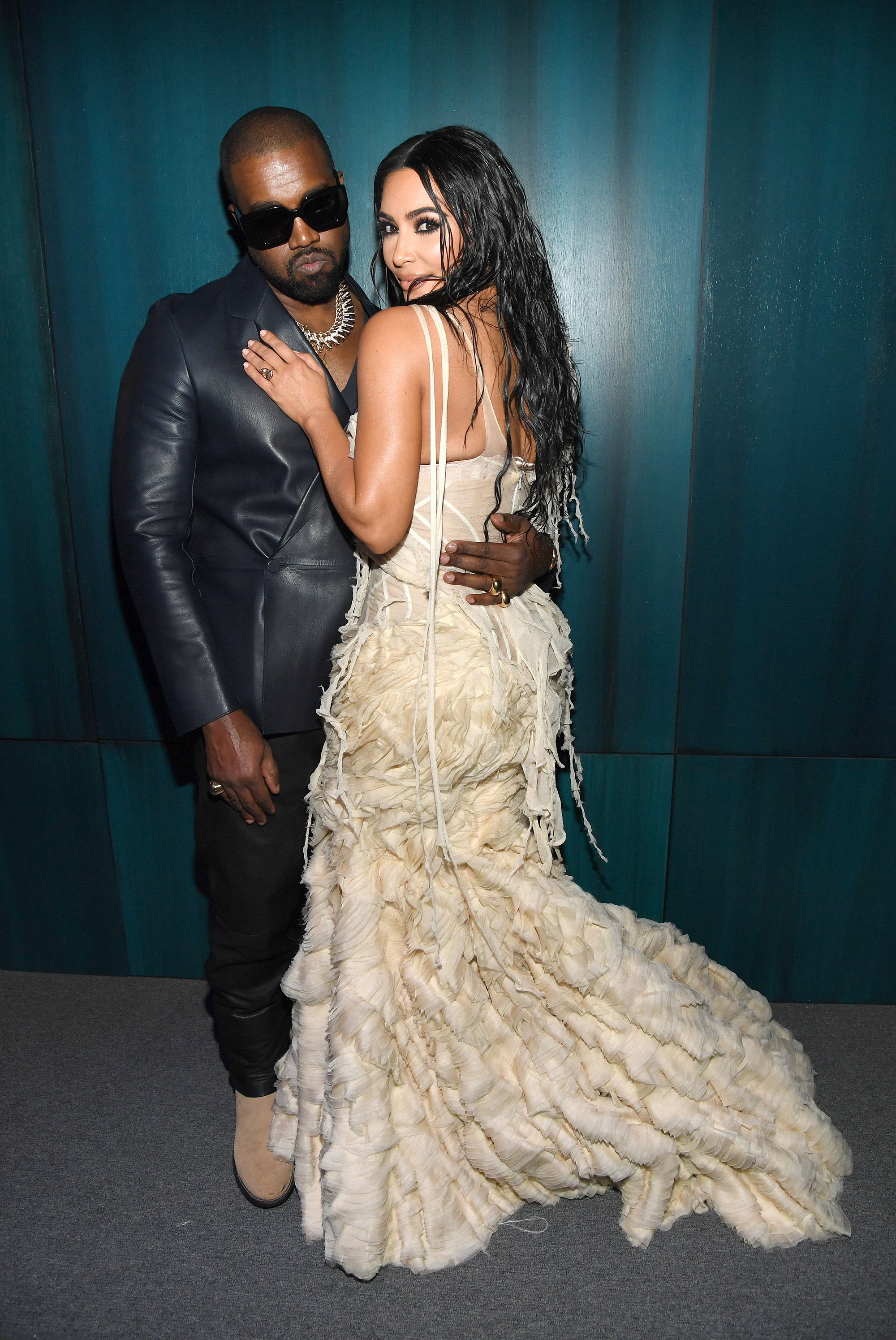 BEVERLY HILLS, CALIFORNIA - FEBRUARY 09: (L-R) Kanye West and Kim Kardashian West attend the 2020 Vanity Fair Oscar Party hosted by Radhika Jones at Wallis Annenberg Center for the Performing Arts on February 09, 2020 in Beverly Hills, California. КРЕДИТ Kevin Mazur/VF20/WireImage/Getty Images