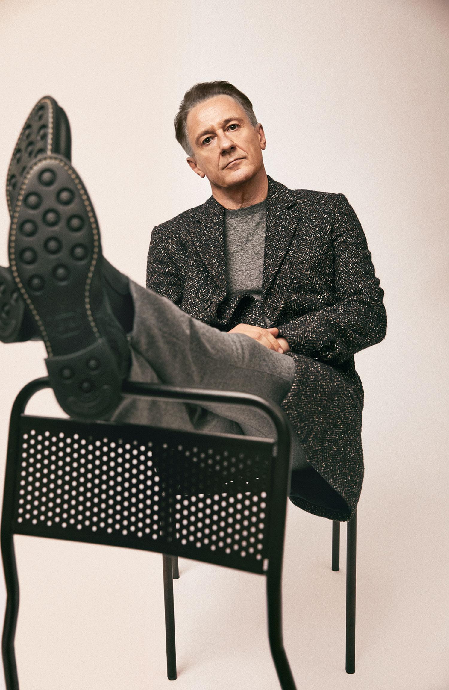 Пальто Boss; джемпер Isaia; брюки Louis Vuitton; челси Barrett