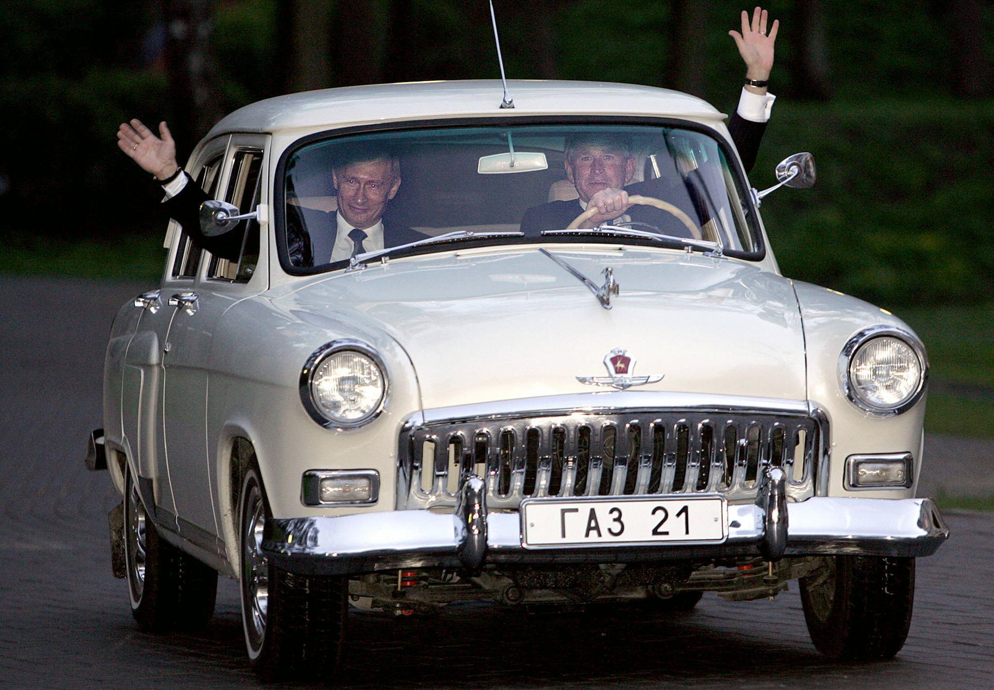 Владимир Путин иДжордж Буш-младший  едут на